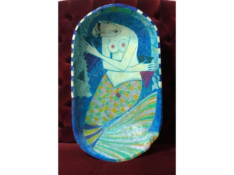 Картина в синьо върху дървено корито